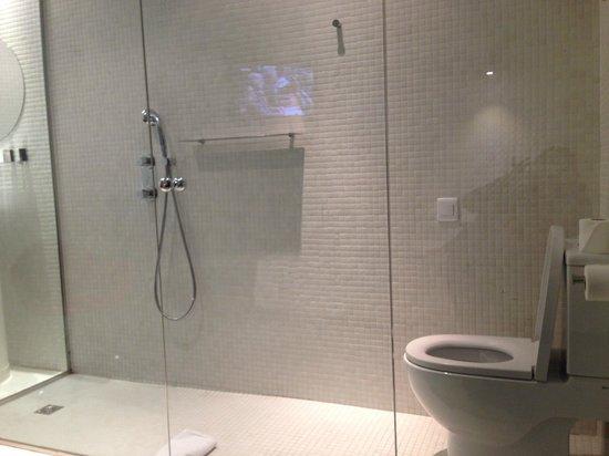 Hotel Acta Mimic: душевая)