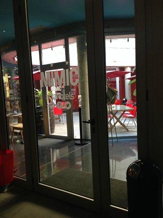 Hotel Acta Mimic: летнее кафе внутри отеля