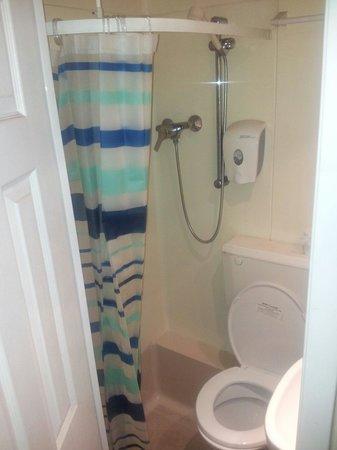 Il bagno, piccolo ma comodo con doccia calda e ben funzionante ...
