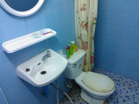 Backpacker Samui Hostel: Banheiro quarto 1 - sem janela e fedendo a esgoto