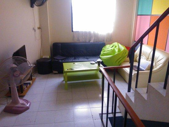 Backpacker Samui Hostel: Sala do segundo andar - bagunçada e suja