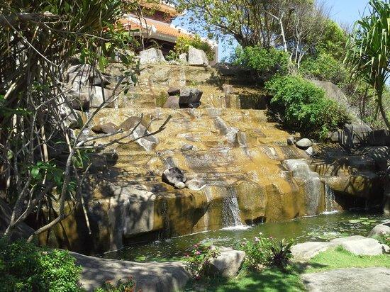 Vinpearl Nha Trang Resort: Waterfall by VIP pool