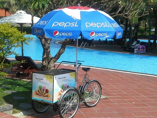 Vinpearl Nha Trang Resort : Stop me and buy one Ice cream cycle which goes around pools area at 1100