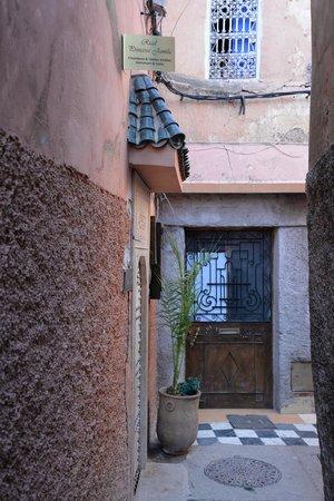 Riad Princesse Jamila: ruelle et entrée du Riad