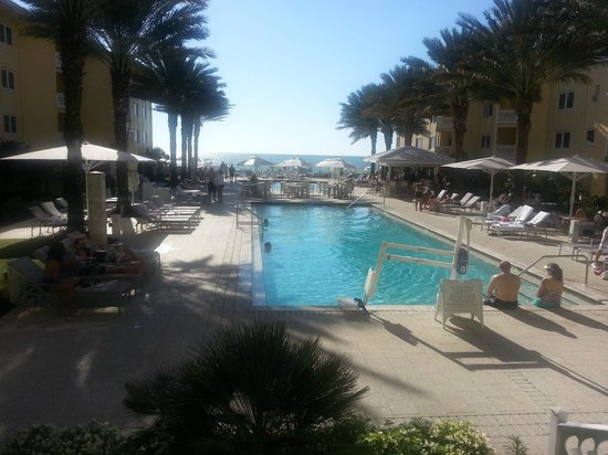 Edgewater Beach Hotel: View to ocean from pool area