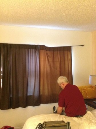 Motel Bianco: Broken curtain rail