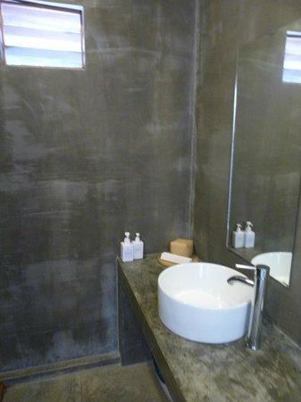 Tamu Hotel: Salle de bains spacieuse