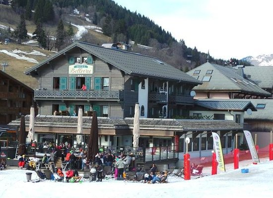 Hôtel Bellevue : View of the hotel from the side of the skiing area
