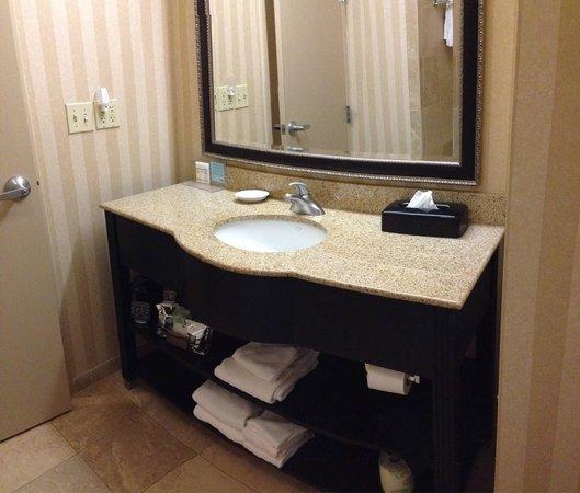 Hampton Inn & Suites Jackson: Beautiful updated bathroom. Extra Amenities: hair dryer, coffee/coffee maker, lotions and shampo