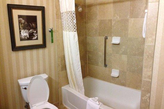 Hampton Inn & Suites Jackson: Beautiful updated bathroom!