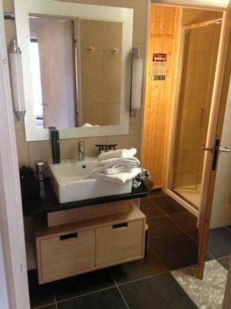 Center Parcs - Domaine des Trois Forets: salle de bain 1