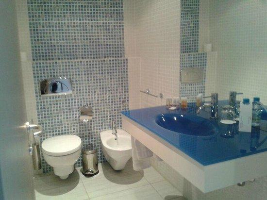 Kenzi Solazur: Salle de bain