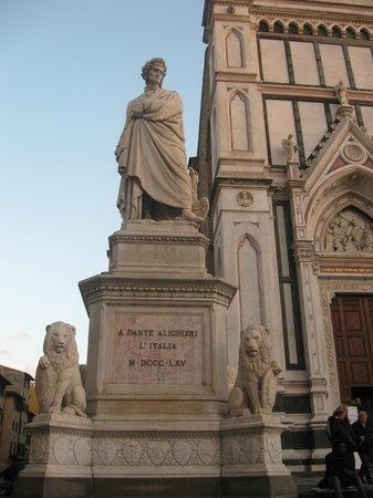 Basilica di Santa Croce: Il grande ' Dante Alighieri ' valorizzato come merita sulla Piazza S.Croce