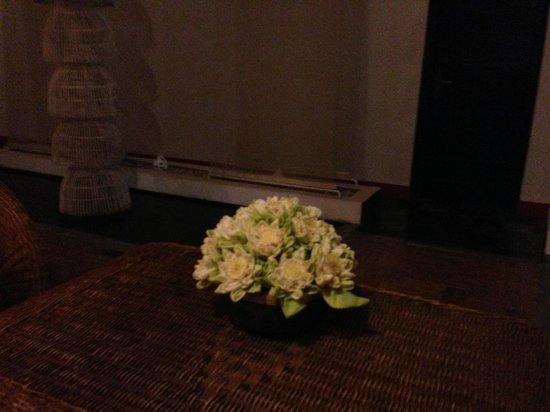 Villa Medamrei : flores naturais no lobby