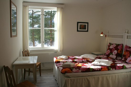 Furulund Pensjonat: Room with a double bed