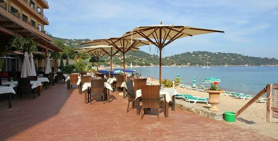 Hotel Ibersol Cavaliere Sur Plage : Restaurant terrasse Les Pieds dans l'eau