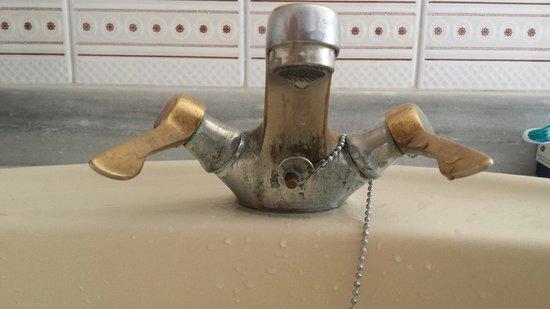 Delfin Apartamentos Casa Vida: Very dated taps in bathroom