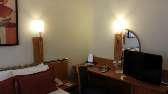 Opera Cadet Hotel : Particolare scrivania tv