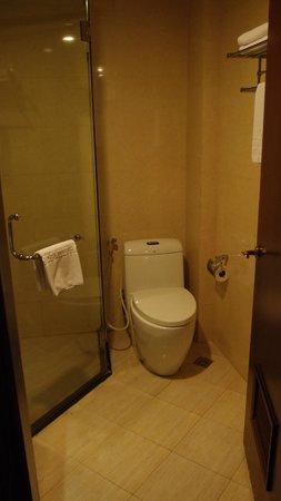 May De Ville Backpackers Hostel: Bathroom