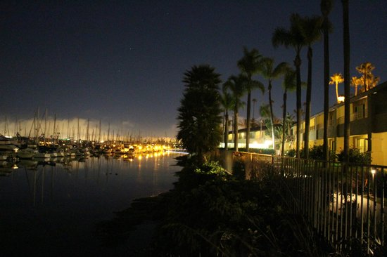 Best Western Plus Island Palms Hotel & Marina : Back of hotel with view of public walkay and the marina at night
