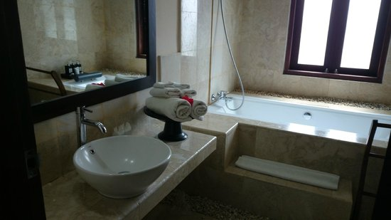 Bebek Tepi Sawah Villas & Spa: I love the big bathtub