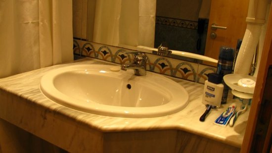 INTERNATIONAL Hotel Casino & Tower Suites : Bath of single room