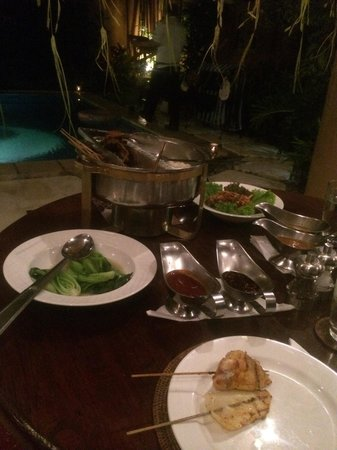 Impiana Private Villas Seminyak: Delicious BBQ dinner in out villa! Too much food!!