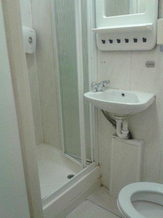 Blair Victoria & Tudor Inn Hotel : il bagno, piccolo ma comodo con doccia calda e ben funzionante!