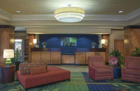 Fairfield Inn & Suites Washington, DC/New York Avenue: Front Desk and Lobby Seating Area