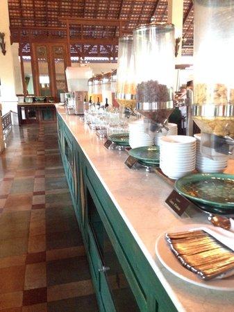 Khaolak Laguna Resort: Line of breakfast
