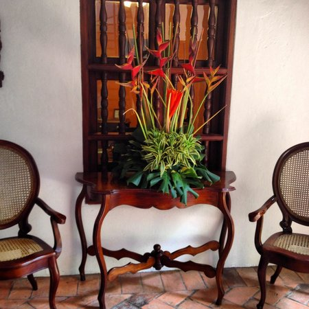 Alfiz Hotel: Beautiful fresh flowers throughout