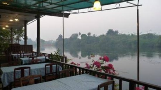 River Kwai Bridge Resort: The river bank just near dining room