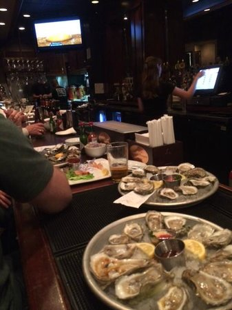 Pearlz Oyster Bar : Fresh shucked oysters right in front of your eyes
