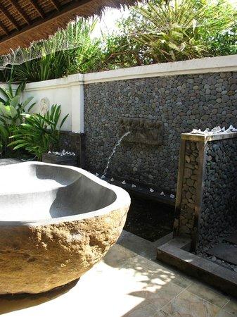 Santi Sari Boutique Hotel: Outside bath