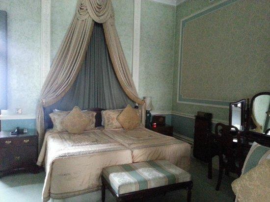 London Elizabeth Hotel : Elegant sleeping arrangements.