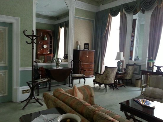 London Elizabeth Hotel : Large main room.