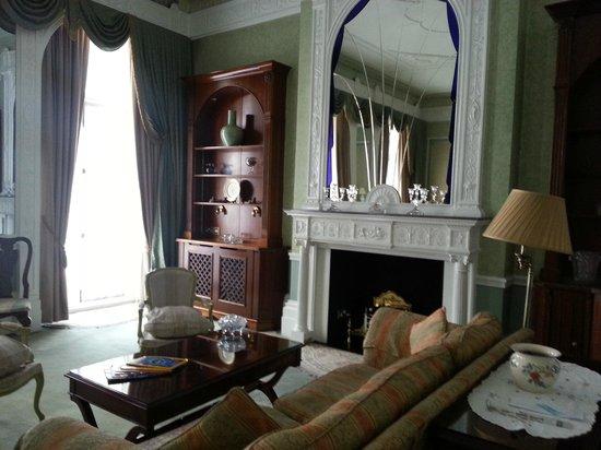 London Elizabeth Hotel : Suite's main room.