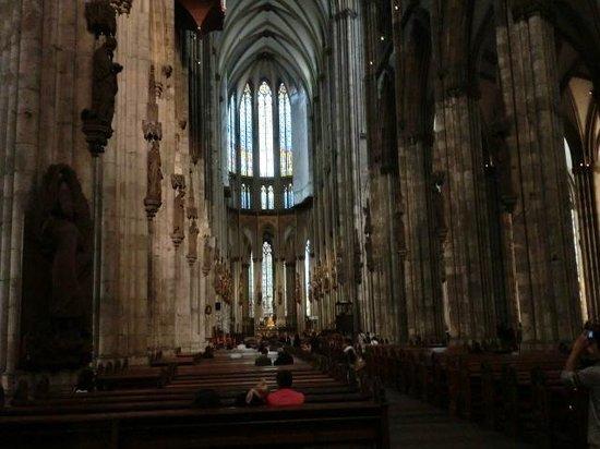 Kölner Dom: 内部の様子。静かな雰囲気です。