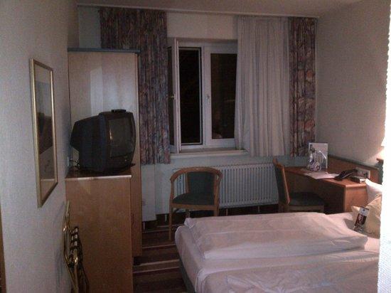 Best Western Ambassador Hotel: Cramped bedroom