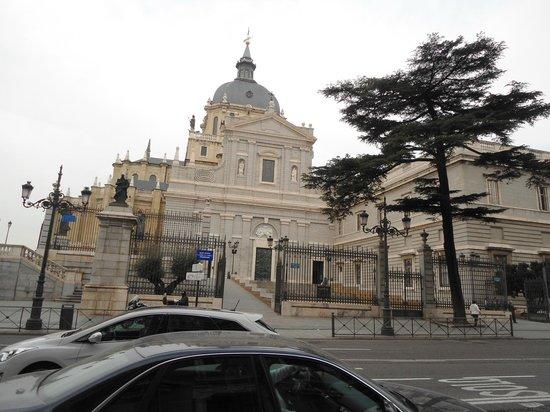 Catedral de Sta María la Real de la Almudena : Ingresso esterno