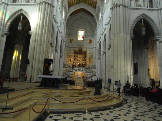 Catedral de Sta María la Real de la Almudena : Interno con altare di S. Maria La Reale de la Almudena