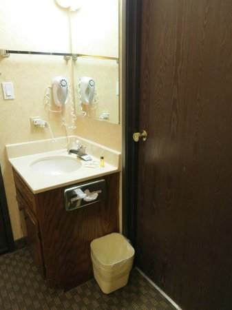 Rodeway Inn: Sink outside bathroom too tiny and too tight