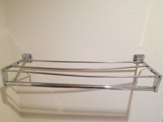 Rodeway Inn: Towel rack is all bent - just replace the thing!