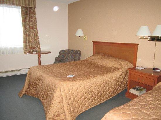 Hotel Universel Montreal: Un des deux lits Queen