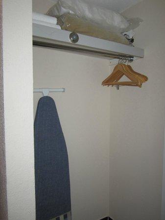 Hotel Universel Montreal: Coin salle de bain : Garde-robes
