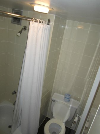 Exceptionnel Hotel Universel Montreal: Salle De Bain : Coin Toilette Et Douche