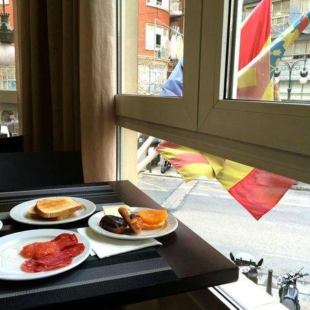 Hotel Mediterraneo: Завтрак у окна