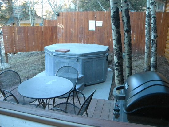 Della Terra Mountain Chateau: Jacuzzi / outdoor grilling area