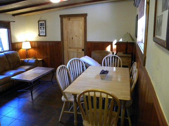 Della Terra Mountain Chateau: Dining/ living room area