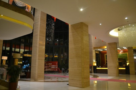 Ruijin Hotel : Spacious and tall lobby